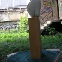 """Das Bild haben wir nach der Veranstaltung von Veronika Seeber zugeschickt bekommen: 2011 hat am Gelände ein Bildhauerkurs stattgefunden. Veronika schreibt dazu: """"Wir haben mit Marmor und hauptsächlich Alabaster und Speckstein gearbeitet. die zwei letzteren wird nur gefeilt, Marmor gemeißelt, (Männerarbeit) weil der Hammer relativ schwer ist und den stundenlang jeden tag halten ist sehr anstrengend,  es war auf jedenfalls sehr schön auf dem Platz."""""""